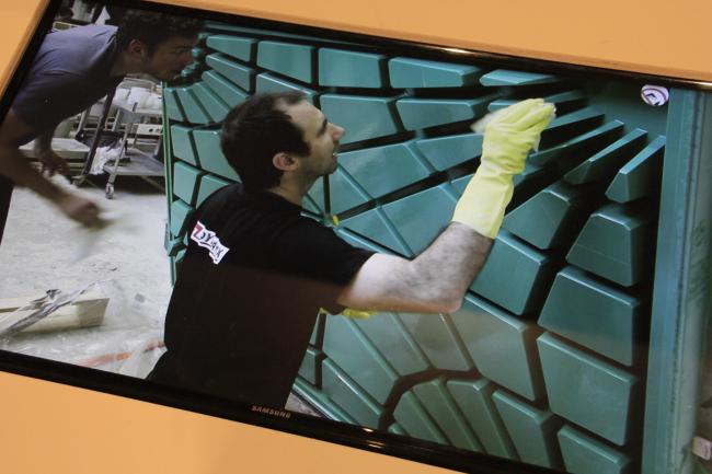 Изготовление формы для плиты из бетона. Биеннале 2016, экспозиция Аравены: проект BRG ETH, ODB и EG. Фотография © Юлия Тарабарина, Архи.ру