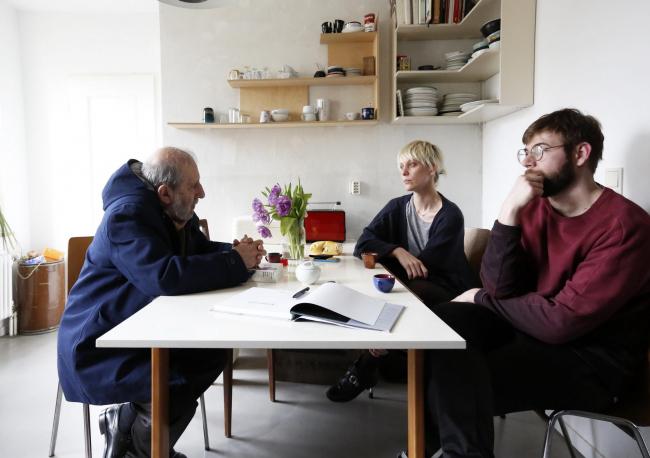 Алваро Сиза в гостях у архитекторов – жителей комплекса Шлезишес-тор в Берлине © Nicolò Galeazzi