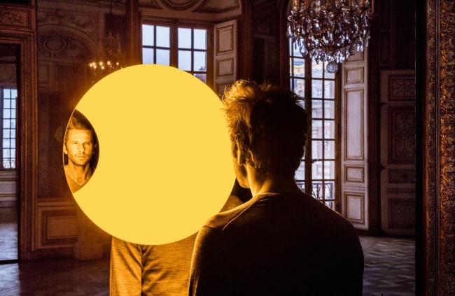 Инсталляция «Желтое зеркало» в Версале © Olafur Eliasson. Изображение с сайта olafureliasson.net