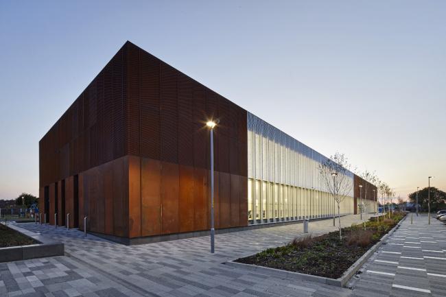 Библиотека и спортивный центр Hebburn Central в Хепберне, графство Тайн-энд-Уир.  FaulknerBrowns Architects. Фото © Hufton_Crow