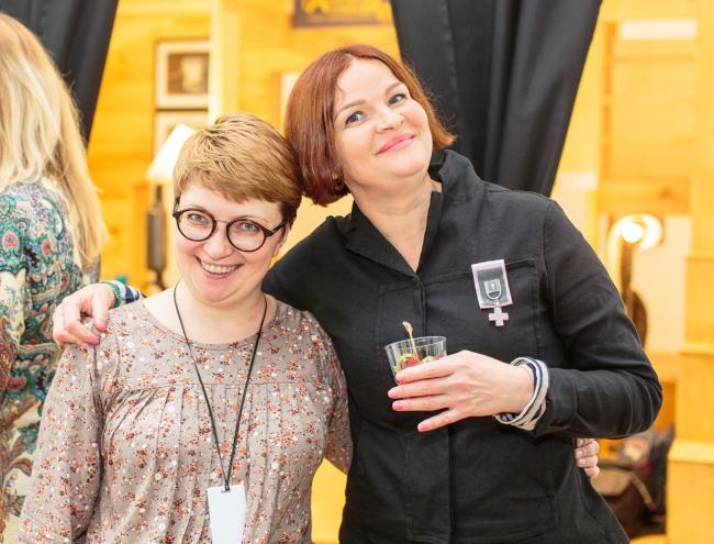Анна Евстигнеева, координатор проекта и Людмила Малкис, продюсер конференции на выставке «Приметы городов»