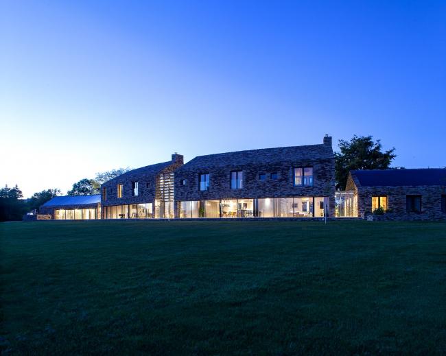 Дом Contour House в Баслоу, Дербишир.  Sanei Hopkins Architects. Фото © Peter Landers
