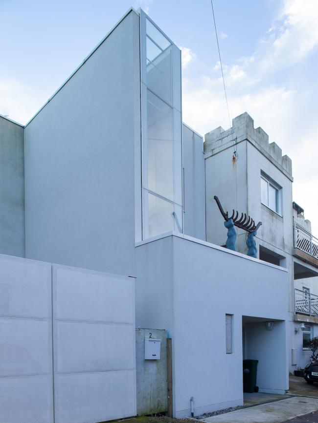Дом The Narrow House, Брайтон-энд-Хов.  Sanei Hopkins Architects. Фото © Peter Landers
