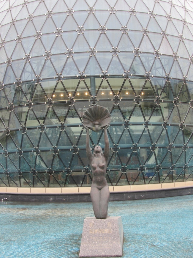 The headquarters of Baltic Pearl LTD. Sculpture in front of the winter garden. Photo © Irene Bembel