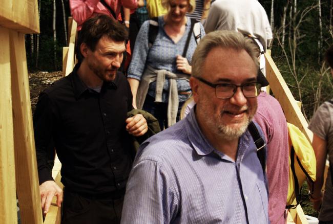 Олег Шапиро и Антон Кочуркин на мосту, спроектированом бюро Wowhaus. Архстояние 2016. Фотография © Дмитрий Павликов