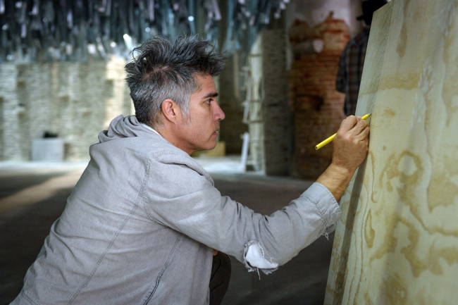 Алехандро Аравена наносит последние штрихи на экспозицию венецианской биеннале © Andrea Avezzù