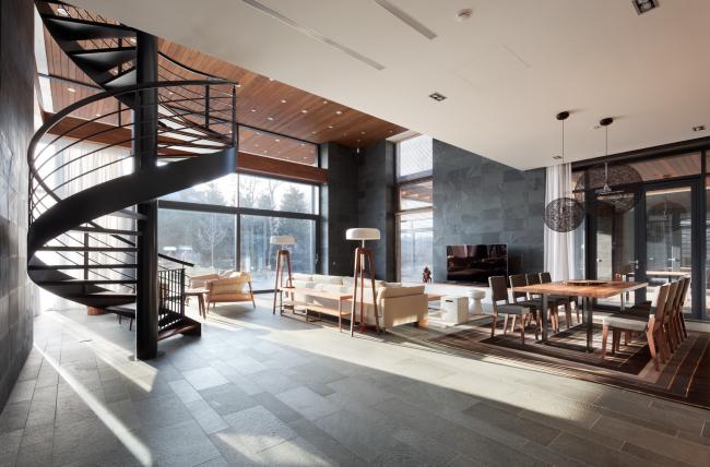 Хэмтон Хаус. Загородный дом. Гостиная с винтовой лестницей. Постройка, 2016 © Архитектурное бюро Романа Леонидова