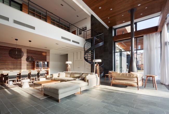 Хэмтон Хаус. Загородный дом. Винтовая лестница и камин в гостиной. Постройка, 2016 © Архитектурное бюро Романа Леонидова