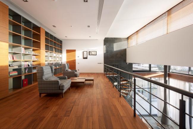 Хэмтон Хаус. Загородный дом. Антресольный этаж с библиотекой. Постройка, 2016 © Архитектурное бюро Романа Леонидова