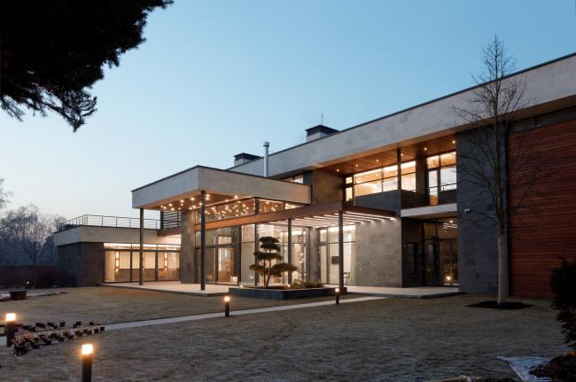 Хэмтон Хаус. Загородный дом. Ночная подсветка. Постройка, 2016 © Архитектурное бюро Романа Леонидова