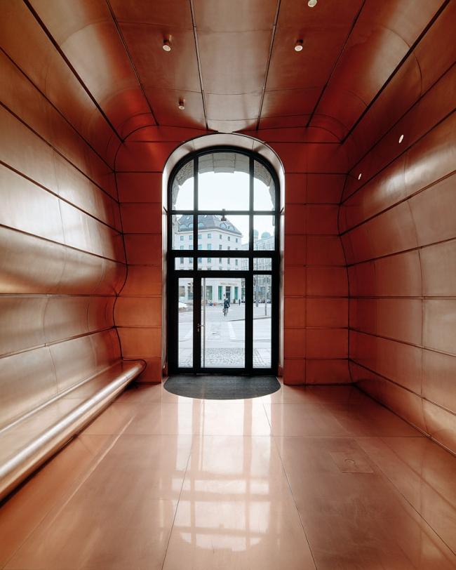 Реконструкция входной зоны исторического здания на Ленбахплац © Paul Ott