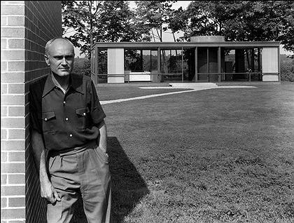 Филип Джонсон перед «Стеклянным Домом» в Нью-Кейнене