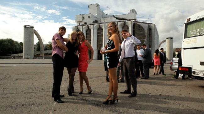 Свадьба на фоне Новгородского академического театра драмы имени Ф. М. Достоевского. Изображение предоставлено создателями фильма