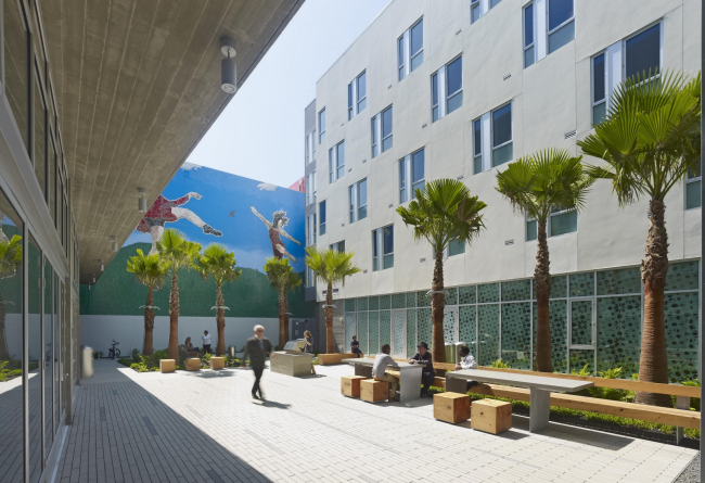 Richardson Apartments affordable housing with «Dancers» mural © Bruce Damonte