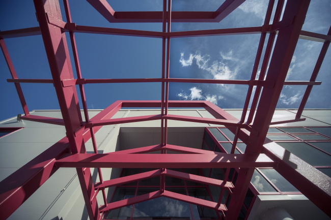Youth hobby center. The awning above the main entrance. Construction, 2014 © Anatoly Stolyarchuk architectural studio