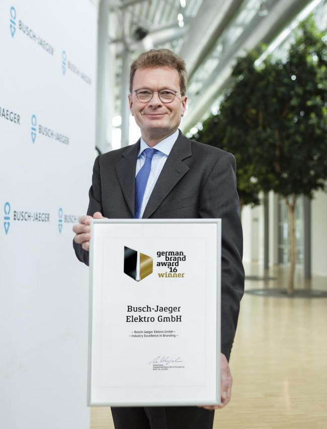 Адальберт Нейман, Председатель правления Busch-Jaeger, получает награду. Фото предоставлено компанией AББ