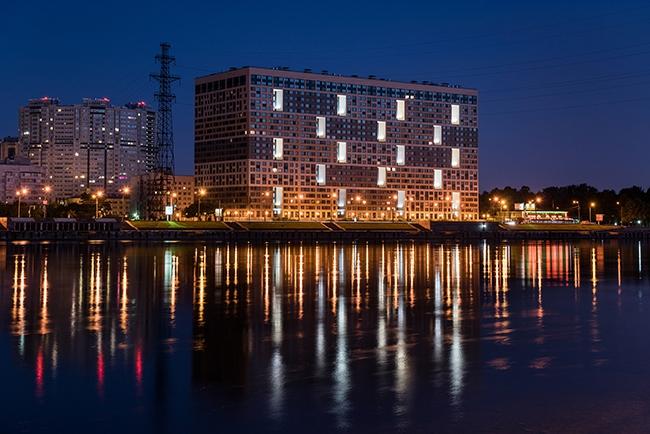Дом «Мегалит», находится в Невском районе Санкт-Петербурга, на набережной Невы. Источник: www.uar.ru