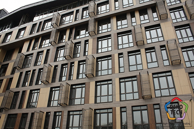 Панели FunderMax Exterior использовались в откосах оконных обрамлений, для ниш кондиционеров и малых архитектурных форм. Фото предоставлено компанией «Декотек Инжиниринг»