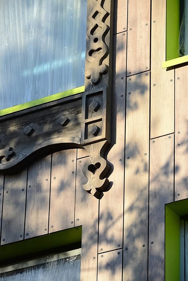 Деревянные доски теплого оттенка на фасадах имитируют панели FunderMax. Фото предоставлено компанией «Декотек Инжиниринг»