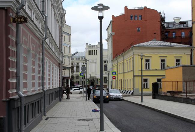 Вид из Настасьинского переулка в сторону театра Ленкома. Фотография © Юлия Тарабарина, Архи.ру, 2016