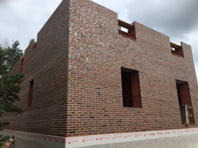 Строительство дома в Татарстане. Материал: клинкерный кирпич LÜBECK формата ARF (250x85x65 мм). Фотография предоставлена АО «Фирма «КИРИЛЛ»