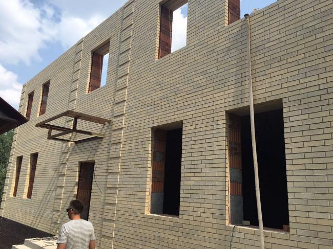 Строительство дома в Татарстане. Материал: клинкерный кирпич NEUSS формат ARF (250x85x65 мм). Фотография предоставлена АО «Фирма «КИРИЛЛ»