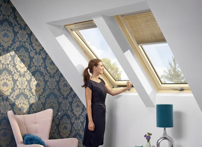 При установке на высоте 130-160 см в мансарде с пристенком лучше выбирать окна с ручкой в нижней части. Фотография предоставлена компанией Velux