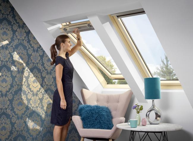 Ручка в верхней части окна удобна при установке на рекомендованной высоте – 90-110 см от пола. Фотография предоставлена компанией Velux