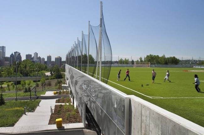 Используемая крыша паркинга переделанная в футбольное поле. Фотография © Peter Beech/Nic Lehoux/Bing Thom Architects