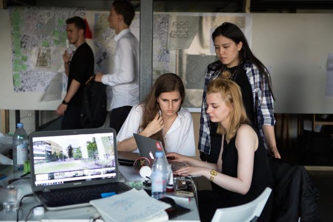 Участники воркшопа «Лаборатория преобразований. Шаболовка: модель для жизни» (AAVS + МАРШ). Июль, 2016. Фотография © Наталия Буданцева