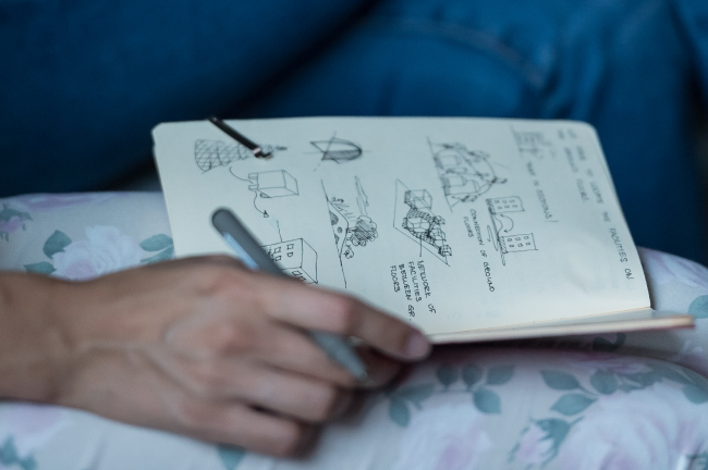 Зарисовки идей участницы воркшопа. Фотография © Дмитрий Бабушкин