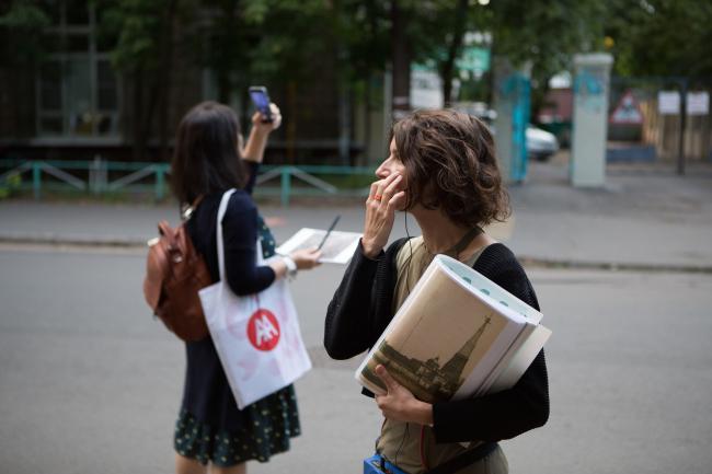 Мария Фадеева, преподаватель МАРШ, во время экскурсии по района Шаболовка в рамках воркшопа. Июль, 2016. Фотография © Наталия Буданцева
