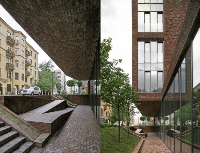 Мини-площадь перед входом. Фотография © Сергей Скуратов architects