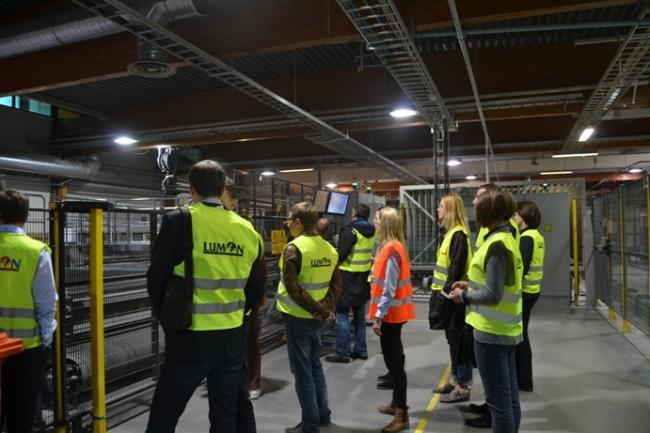 Гости знакомятся с процессом производства. Фотография с сайта www.lumon.com