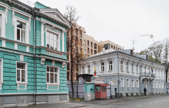"The Gorokhovsky Lane, view from the east. On the left: mansion of the peasant Morozov. On the right: Ecuador embassy. In the center: club house ""Gorokhovsky, 12"" Photograph © Julia Tarabarina, Archi.ru"