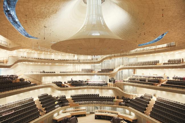 Здание Гамбургской филармонии Elbphilarmonie. Большой зал. Фото © Maxim Schulz