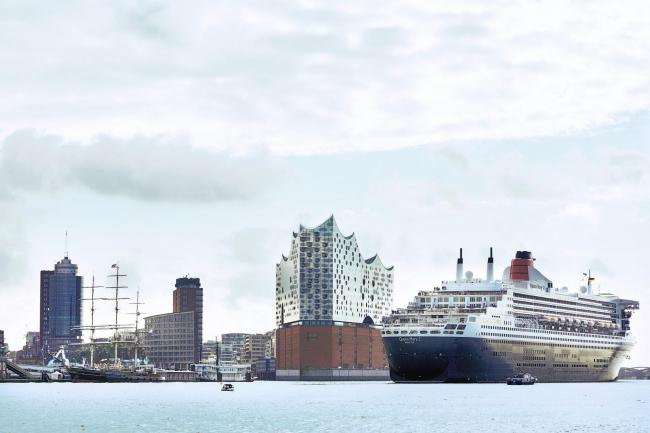 Здание Гамбургской филармонии Elbphilarmonie и лайнер Queen Mary. Фото © Jörg Modrow