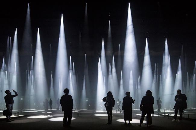 Категория «Здания в действии». Автор: Laurian Ghinitoiu. «Лес света» для COS на выставке Salone del Mobile (Милан, Италия). Архитектурное бюро:  Sou Fujimoto Architects