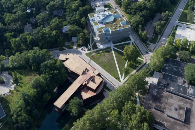 Корпус изобразительных искусств Университета Айовы. На первом плане – корпус Школы искусств (2006), также спроектированной Стивеном Холлом © Iwan Baan