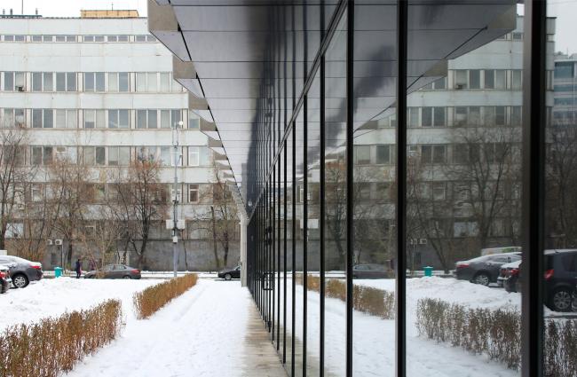 Деловой центр на улице Красина; вид из двора на здание Биомеда зимой. ТПО «Резерв», реализация, 2016. Фотография © Юлия Тарабарина, Архи.ру