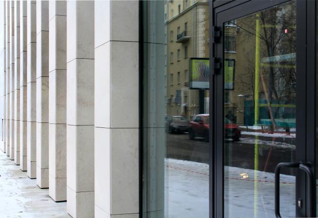 Деловой центр на улице Красина; пилоны перед входом. ТПО «Резерв», реализация, 2016. Фотография © Юлия Тарабарина, Архи.ру