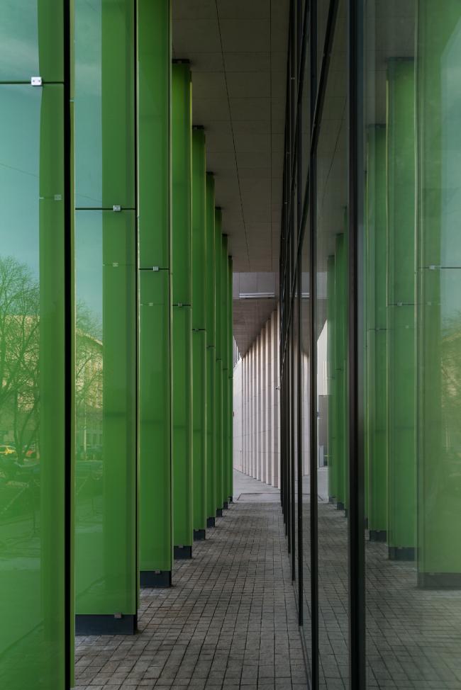 Деловой центр на улице Красина; галерея, взгляд в сторону Садового кольца. Фотография © Алексей Народицкий, 2016