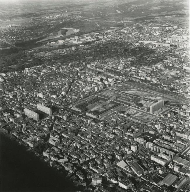 Кавалерийские казармы на месте будущего комплекса Пар-Дьё. Фото начала 1960-х гг. Источник: Bibliothèque municipale de Lyon
