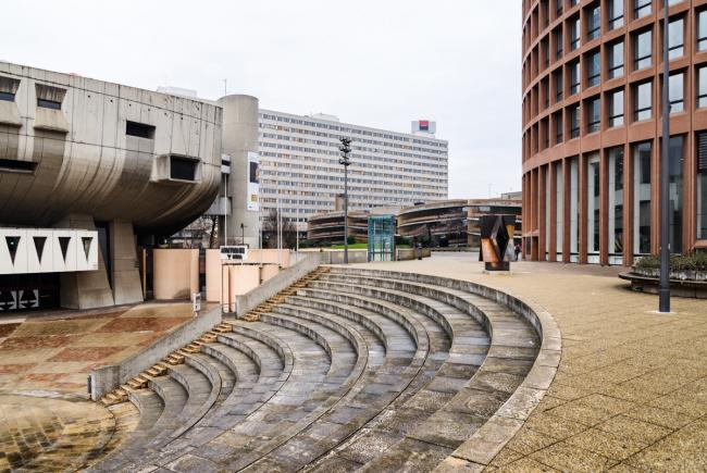 Площадь с открытым амфитеатром между концертным залом и башней Part-Dieu. Фото: © Василий Бабуров