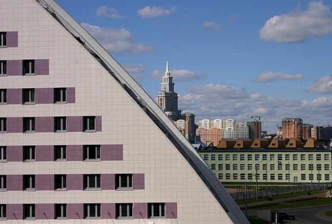 Жилой комплекс «Гранд Парк». Дом «Парус». Фрагмент фасада. Фотография © Николай Малинин