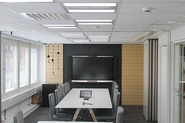 Пример установки биодинамических светильников Esylux в переговорной комнате. Фотография предоставлена ООО «ИЗИЛЮКС РУ»