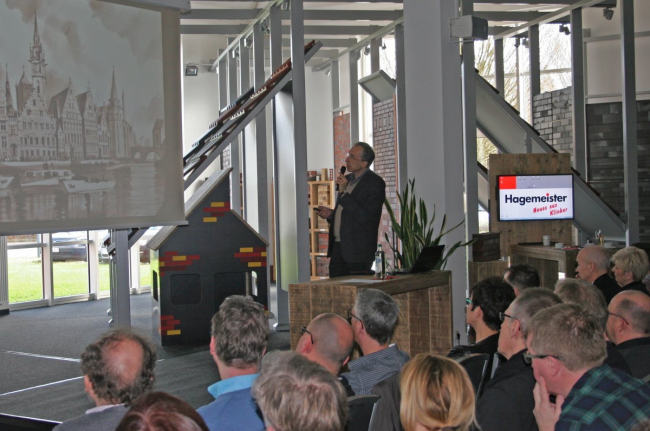 Сергей Чобан на семинаре по клинкерному кирпичу на заводе Hagemeister. Фотография © speech.su