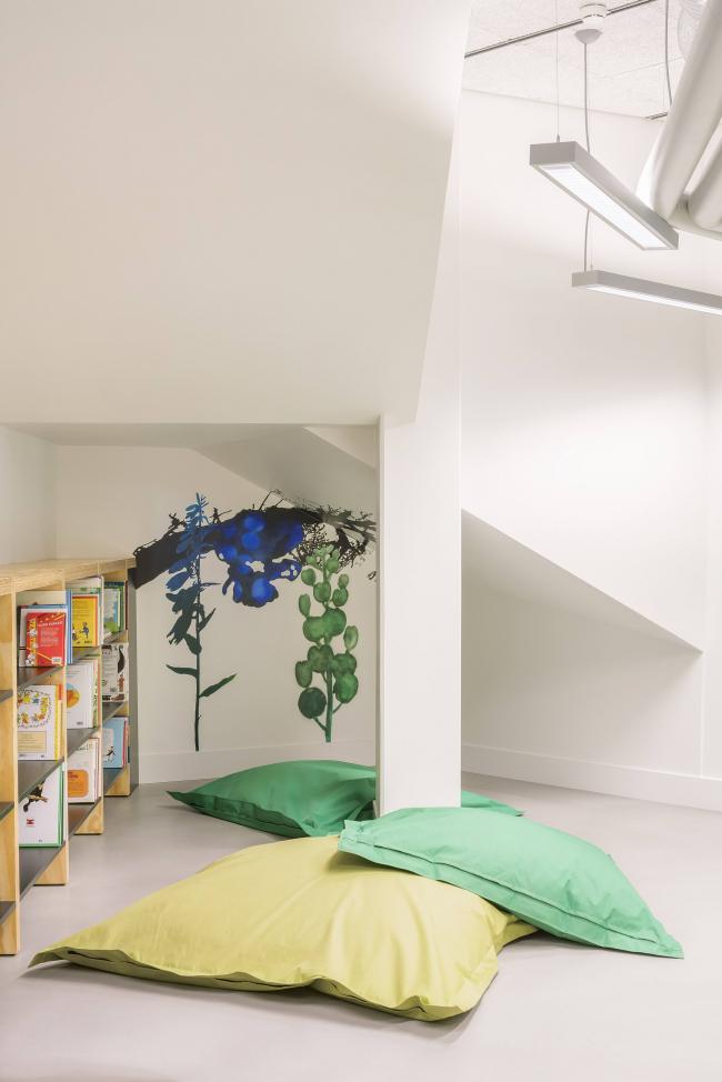 Образовательный центр в районе Каласатама © Mika Huisman