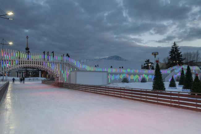 Деревянный мост на ВДНХ. Фотография © Дмитрий Чебаненко