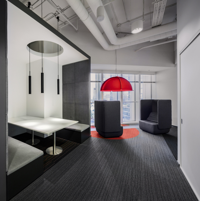Office of Orange Business Services in the Mercury Tower. Implementation, 2016 © T+T Architects